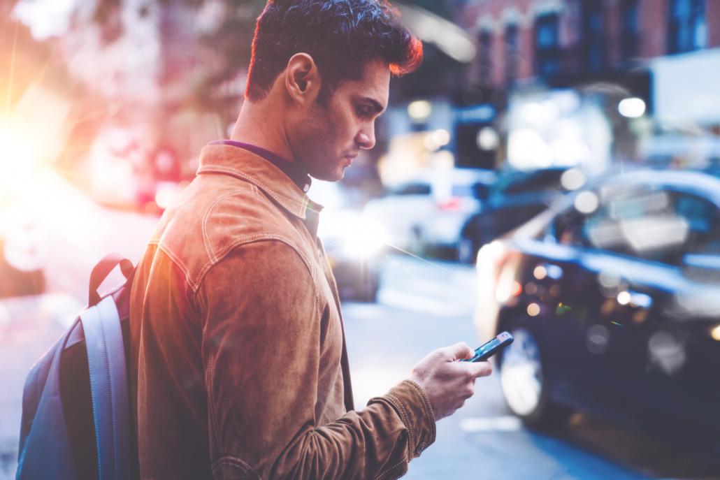 Persona revisando información desde su celular